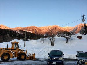 帰りに、夕日を浴びた山が