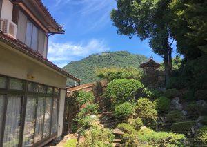 お庭かた久松山が見える