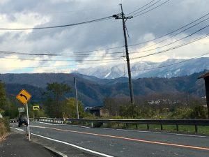国道から遥か氷ノ山を望む