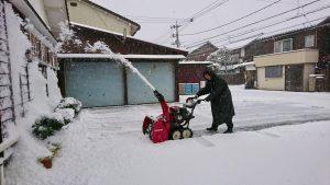 先ずは駐車場の雪かき