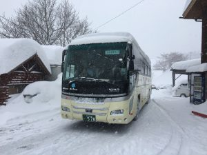 生徒さんの乗ったバスを見送る