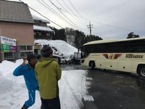 バスに雪だまを!