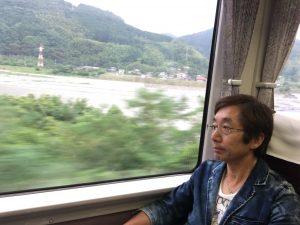 車窓から富士川を望む