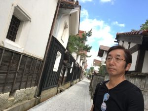 お寺の前の、白壁土蔵通り