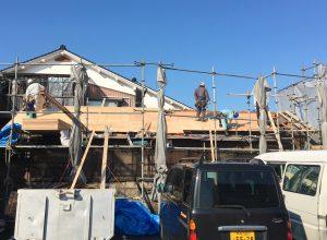 屋根板の打ちつけ作業