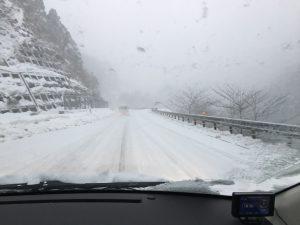 帰りの山道も吹雪