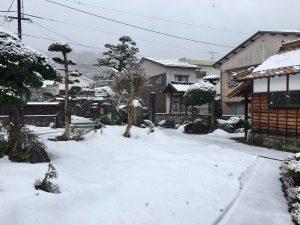 本堂から境内の雪景色