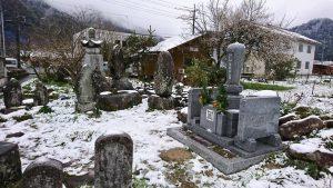 お墓は雪化粧