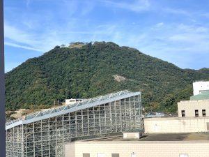 梨花ホールの向こうの久松山