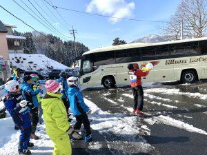 雪だまでバスを見送る