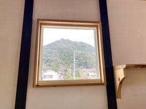 窓から久松山が