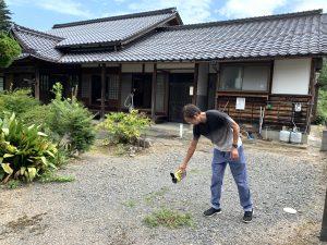 粉の除草剤を散布