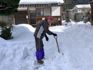 先ずは雪を手作業で崩してから