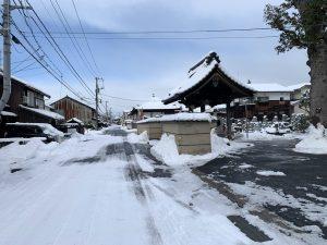 お寺の前の道路
