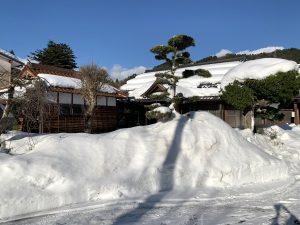 境内の雪の山