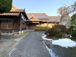 雪が融けた蓮教寺の境内