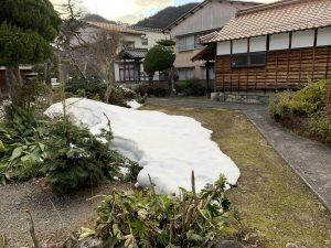 小さくなった雪山