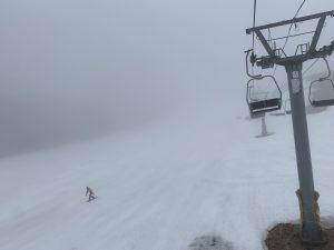 霧のアルパインゲレンデ