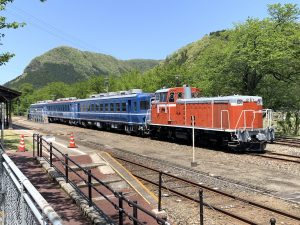 客車とDD16機関車